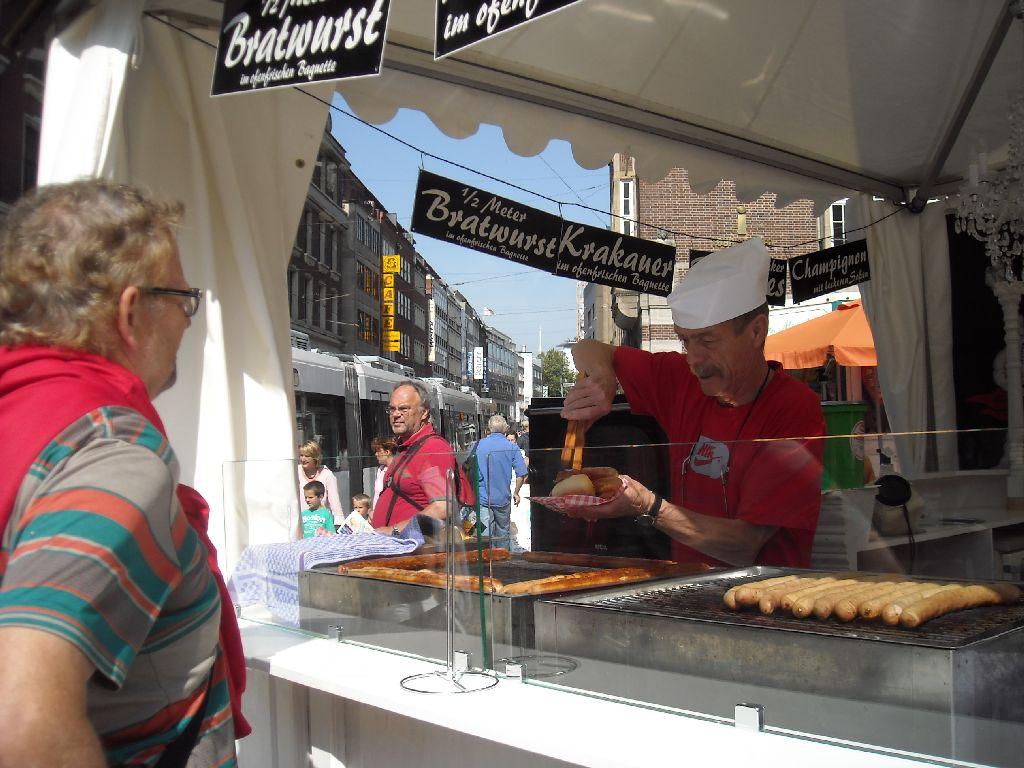 Bremer Strassenkarneval - Anstehen für 1/2 Meter Bratwurst für EUR 3.50