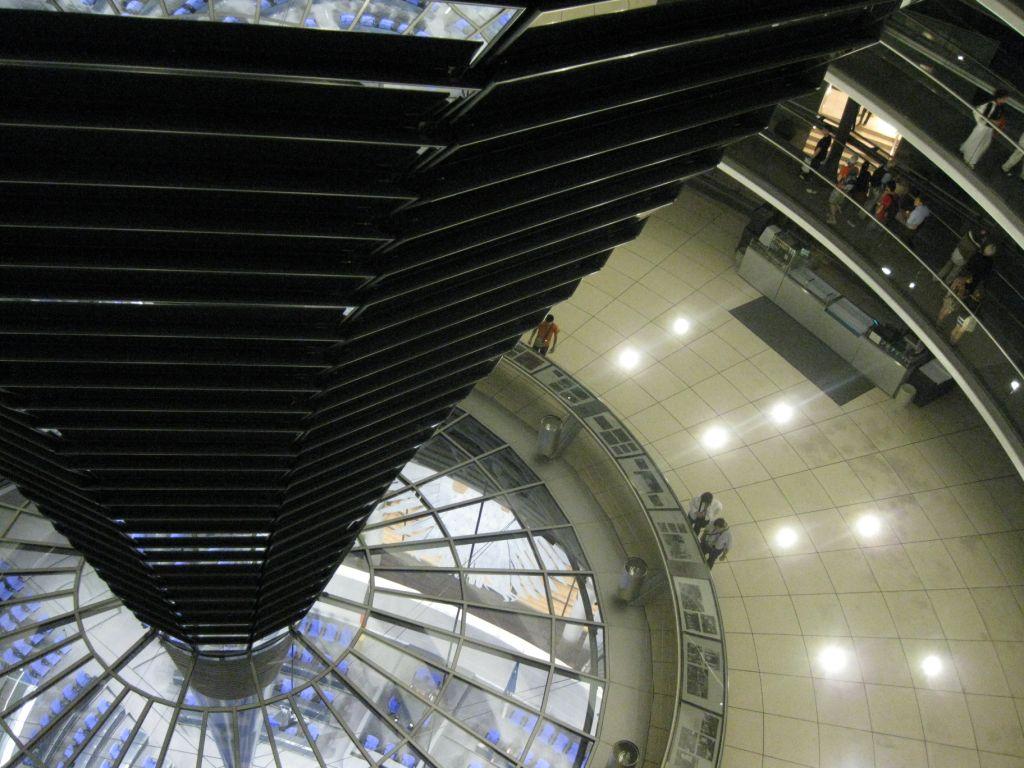 Blick von der Glaskuppel des Reichtagsgebäudes in den Plenarsaal des deutschen Parlaments