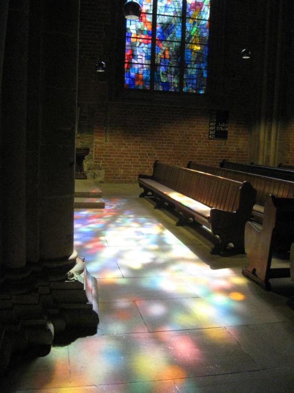 Glasmalereien verzaubern den Innenraum der Kirche