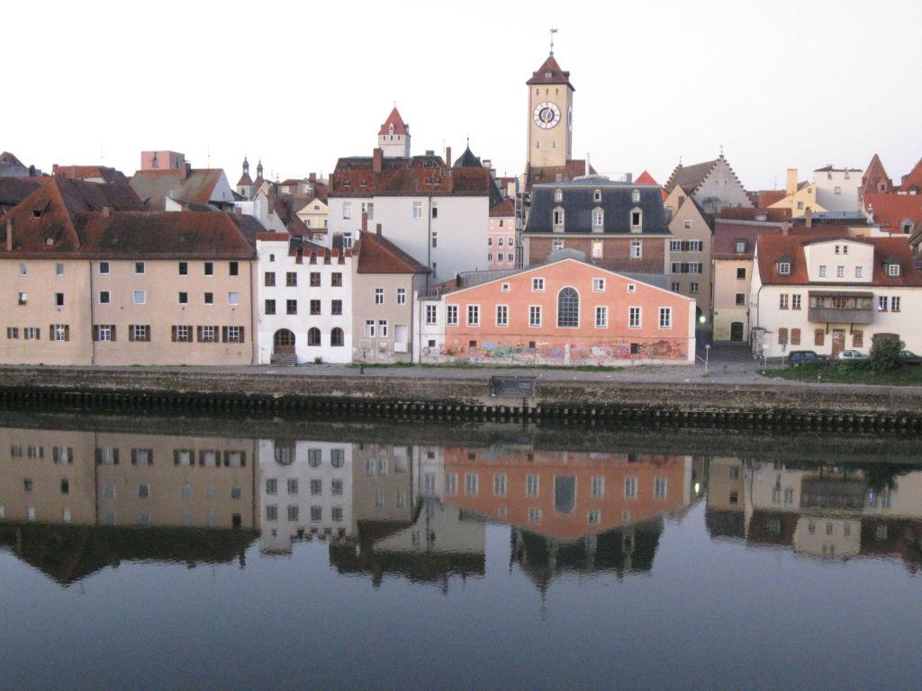Regensburg mit Donau - Morgensicht vom Fenster des Sorat-Insel Hotels