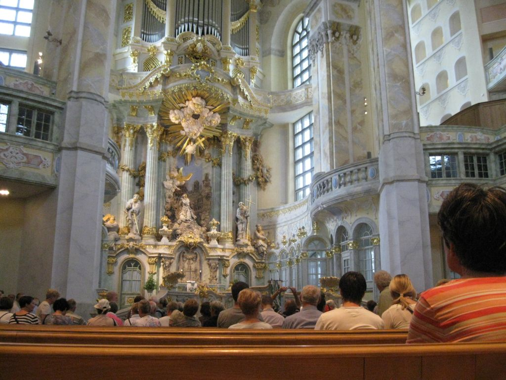 Frauenkirche - Orgel über Altar, verschiedene Emporen