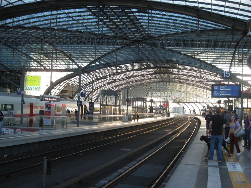 Berlin Hauptbahnhof - Licht durchflutete Stahl- und Glaskonstruktion