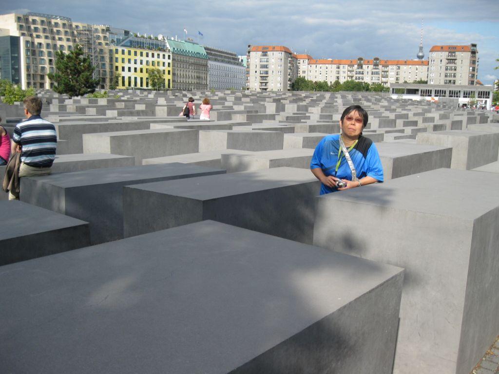 Holocaust Mahnmal - 2711 dunkle Stelen unterschiedlicher Grösse