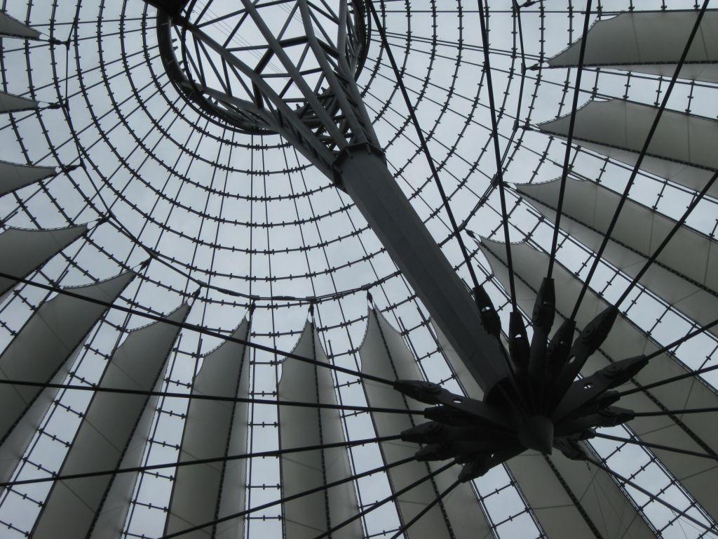 Sony-Center mit futuristischer Bedachung