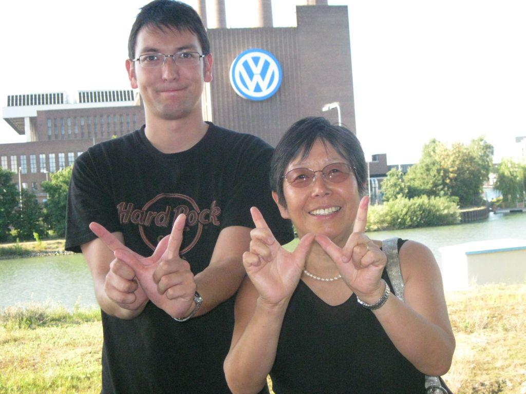 Posieren vor dem Volkswagenwerk in Wolfsburg