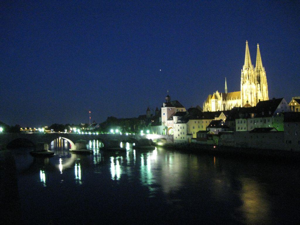 Regensburg bei Nacht - mit Steinerner Brücke und Dom