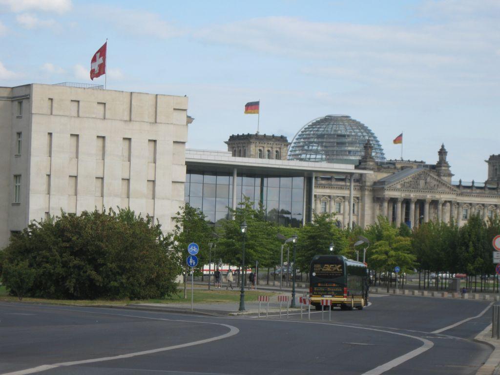 Die Schweizer Botschaft in Berlin an prominenter Stelle vor dem Reichstagsgebäude